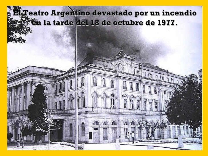 El Teatro Argentino devastado por un incendio en la tarde del 18 de octubre de 1977.
