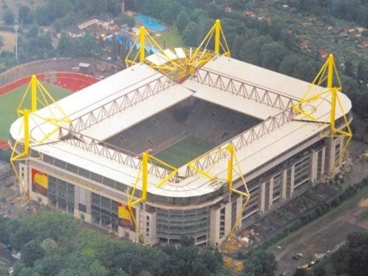 ein Keule über soccer ab Stadt über Dortmund , Deutschland , jene Sie haben die Oktave Bestleistung ab Kunstgeschichte die...