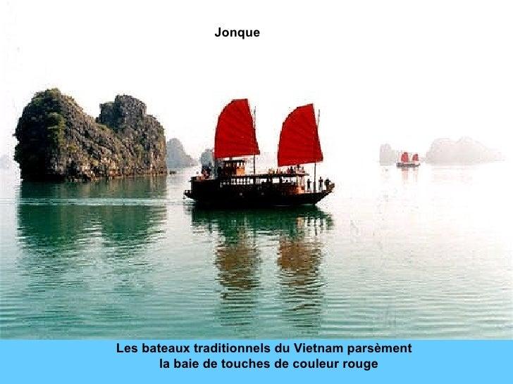 Les bateaux traditionnels du Vietnam parsèment  la baie de touches de couleur rouge Jonque