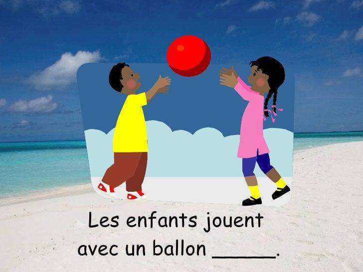 Les enfants jouent  avec un ballon _____.