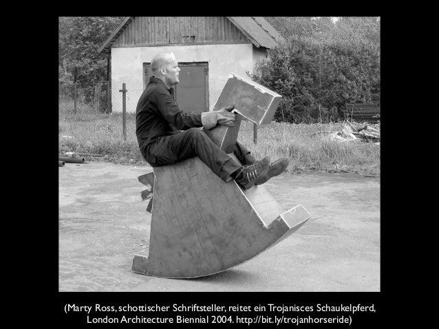 (Marty Ross, schottischer Schriftsteller, reitet ein Trojanisces Schaukelpferd, London Architecture Biennial 2004. http://...