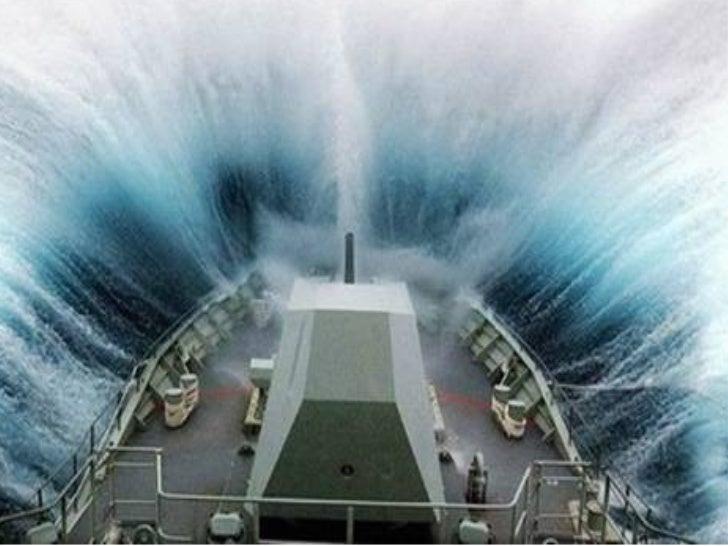 O segundo exato quando a proa de um barco enfrenta uma enorme onda….