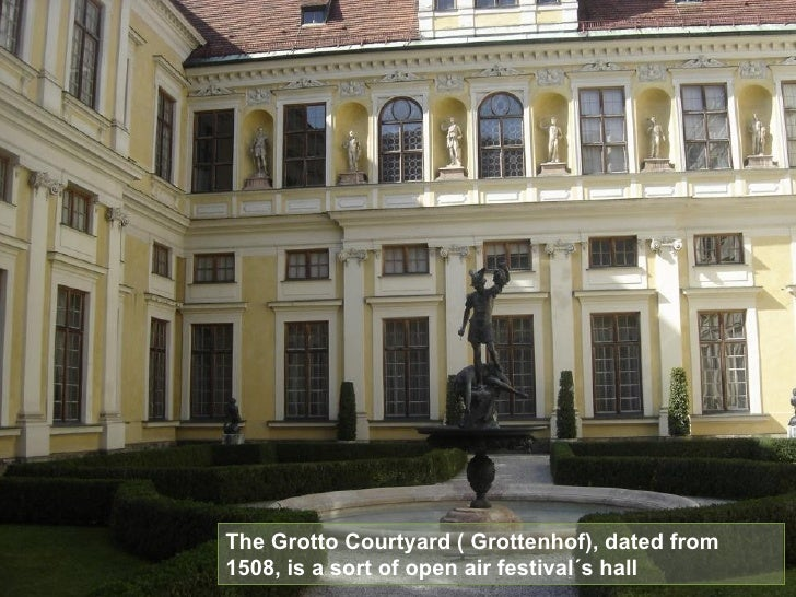 The Grotto Courtyard ( Grottenhof), dated from 1508, is a sort of open air festival´s hall