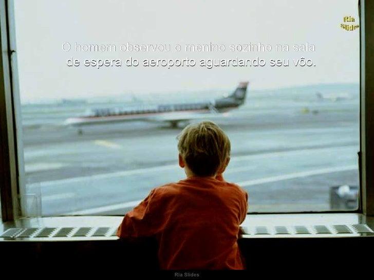 Ria Slides O homem observou o menino sozinho na sala de espera do aeroporto aguardando seu vôo.