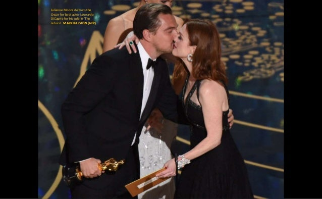 Julianne Moore delivers the Oscar for best actor Leonardo DiCaprio for his role in 'The reborn'. MARK RALSTON (AFP)