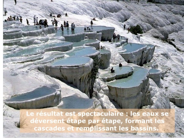 Les cascades de carbonate de calcium et l'eau changent de couleur selon la lumière solaire, et              l'effet est sa...