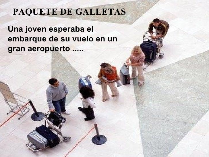 Una joven esperaba el  embarque de su vuelo en un gran aeropuerto ..... PAQUETE DE GALLETAS