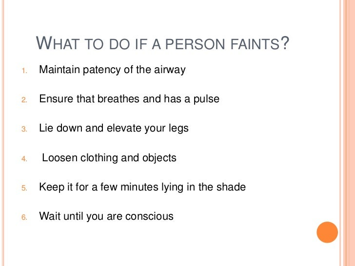what to do if someone faints You may be able to tell when you or someone is about to faint the warning signs include: •pale, cool, and sweaty skin •lightheadedness or dizziness.
