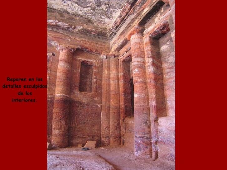 Reparen en los detalles esculpidos de los interiores.