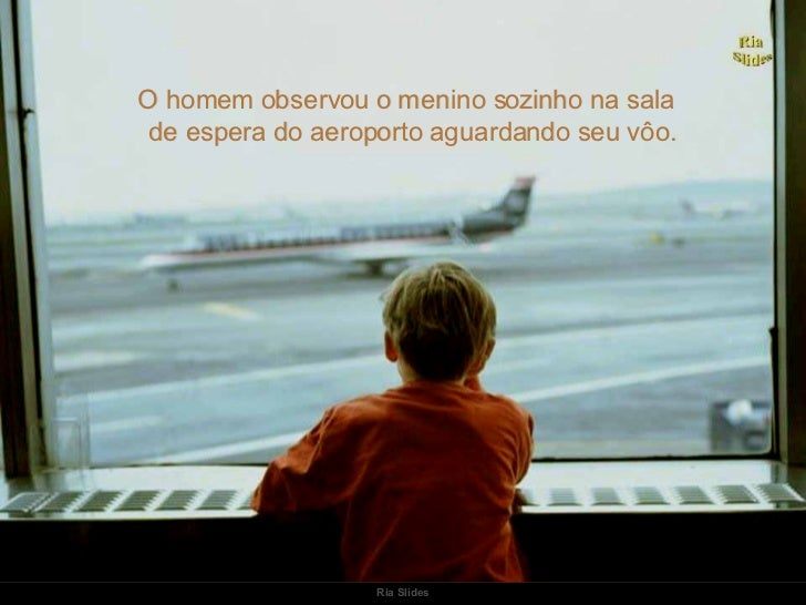 O homem observou o menino sozinho na sala de espera do aeroporto aguardando seu vôo.