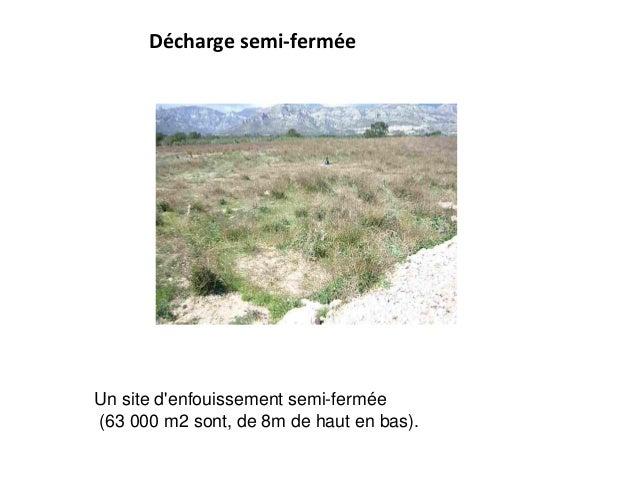 Décharge semi-fermée Un site d'enfouissement semi-fermée (63 000 m2 sont, de 8m de haut en bas).