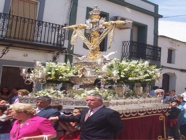 MOMENTO EN EL QUE EL ALCALDE DE ROCIANA,CON LOS SONES DEL HIMNO NACIONAL Y SALVA DE FUEGOS ARTIFICIALES,PROCEDE A CORONAR ...
