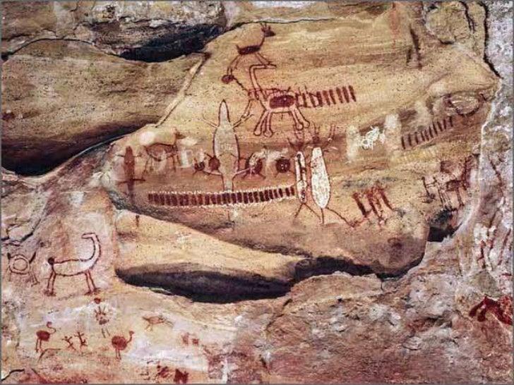 Pinturas rupestres com motivos naturalistas:<br />Entre as pinturas com motivos naturalistas, predomina a figura humana, o...