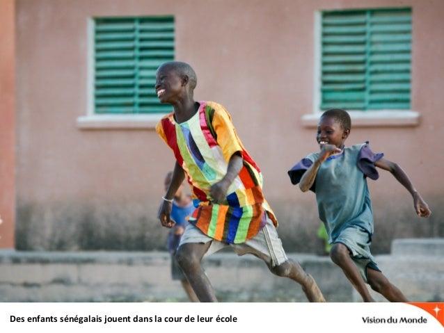 Des enfants sénégalais jouent dans la cour de leur école