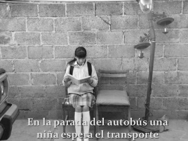 En la parada del autobús una niña espera el transporte