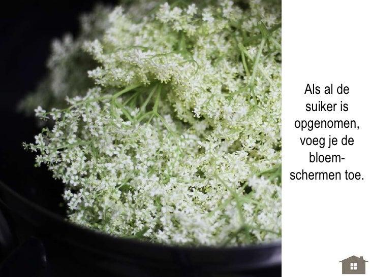 Als al de   suiker is opgenomen,  voeg je de    bloem-schermen toe.