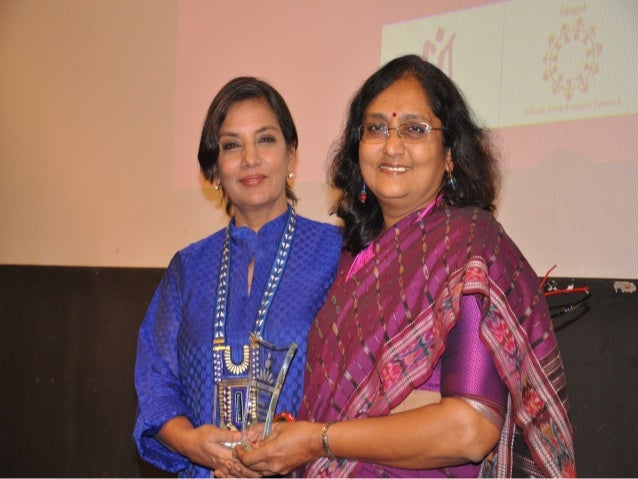 Prof. vibhuti patel receiving memento from shabana azmi at lauch of obr by akshara on 28 11-2012