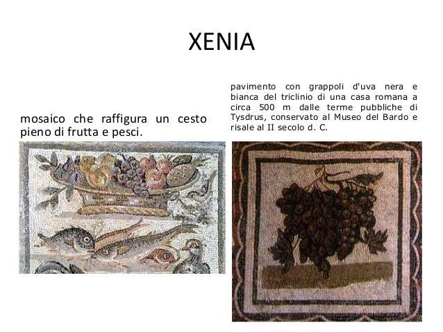 XENIA mosaico che raffigura un cesto pieno di frutta e pesci. pavimento con grappoli d'uva nera e bianca del triclinio di ...