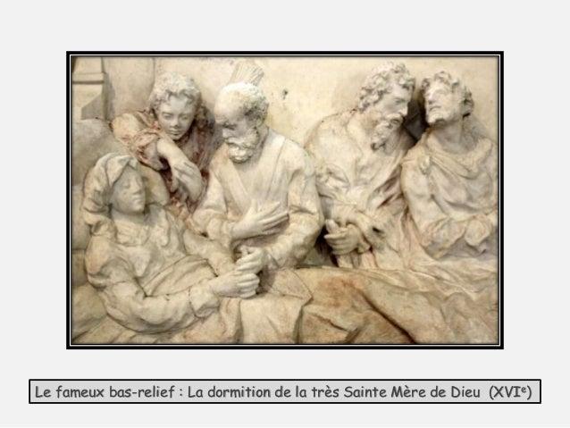 Sur la façade sud, une dalle tumulaire rend hommage à un dénommé Jean Verger mort de la rage en janvier 1775. Il a été att...