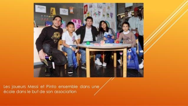 Les joueurs Messi et Pinto ensemble dans une  école dans le but de son association