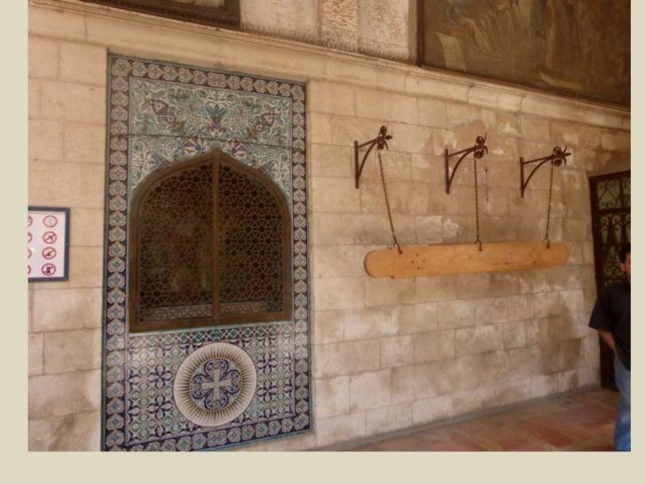 """בכניסה מחוץ לכנסייה, מהחצר, ניתן לראות משני צדי הכניסה שני לוחות עץ (מימין) וברזל (משמאל) התלויים על חבלים. אלה הם ה""""נאקוס..."""