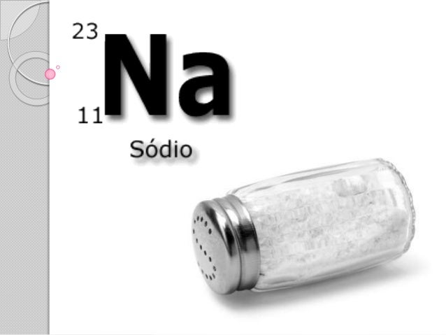  O Sódio é um metal prateado e branco, de textura macia e brilhante, capaz de, em contato com a água, decompô-la e dar or...
