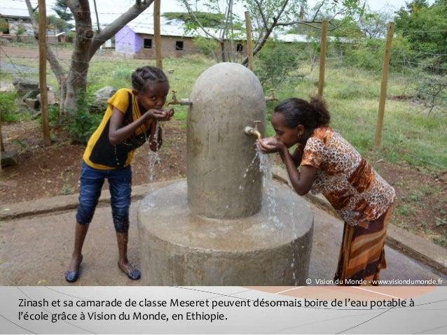 Zinash et sa camarade de classe Meseret peuvent désormais boire de l'eau potable à l'école grâce à Vision du Monde, en Eth...