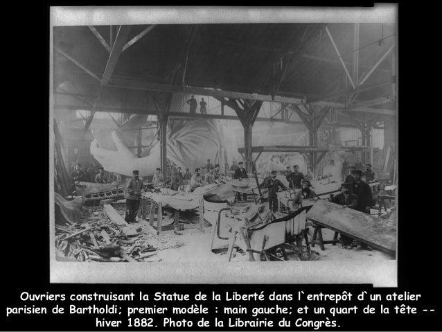 Ouvriers construisant la Statue de la Liberté dans l`entrepôt d`un atelierparisien de Bartholdi; premier modèle: main gau...