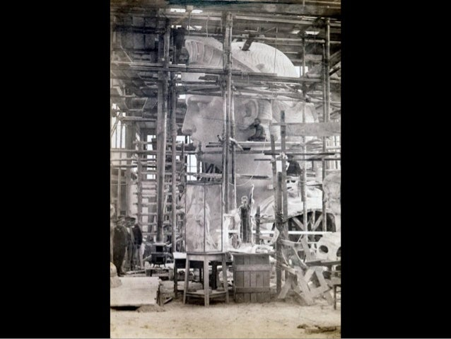 La statue de la Liberté et l`échafaudage installé par la Works Progress Administration donnant un point d`appui aux chaudr...