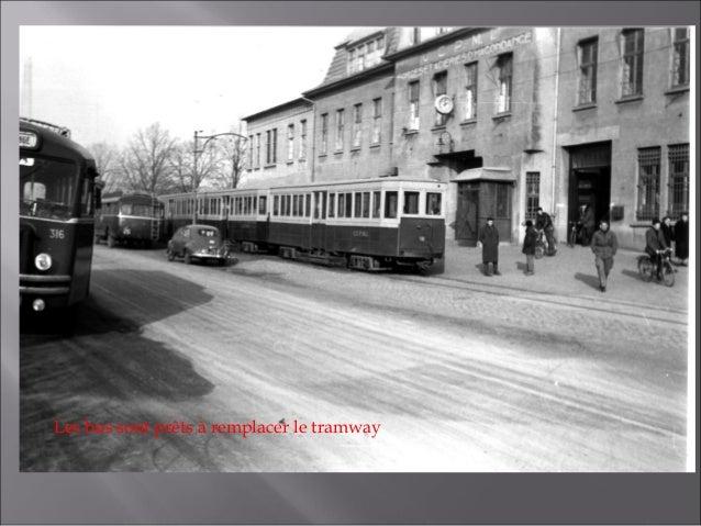 Remorques à l'arrêt au portier principal de l'usine UCPMI en 1963