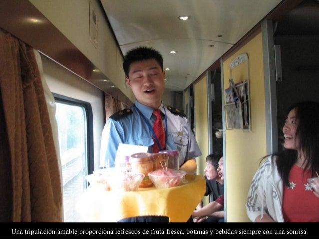 Una tripulación amable proporciona refrescos de fruta fresca, botanas y bebidas siempre con una sonrisa