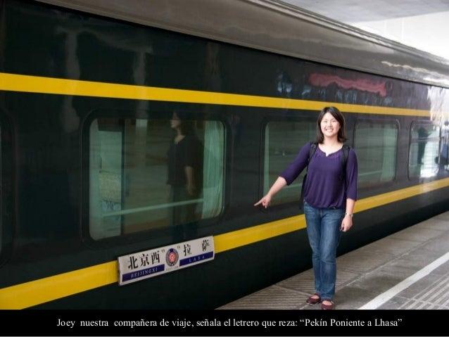 """Joey nuestra compañera de viaje, señala el letrero que reza: """"Pekín Poniente a Lhasa"""""""