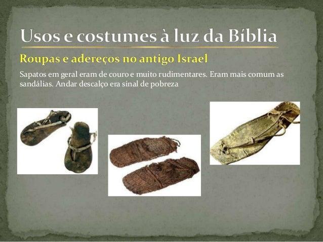 Sapatos em geral eram de couro e muito rudimentares. Eram mais comum as sandálias. Andar descalço era sinal de pobreza