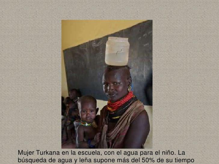 Mujer Turkana en la escuela, con el agua para el niño. Labúsqueda de agua y leña supone más del 50% de su tiempo