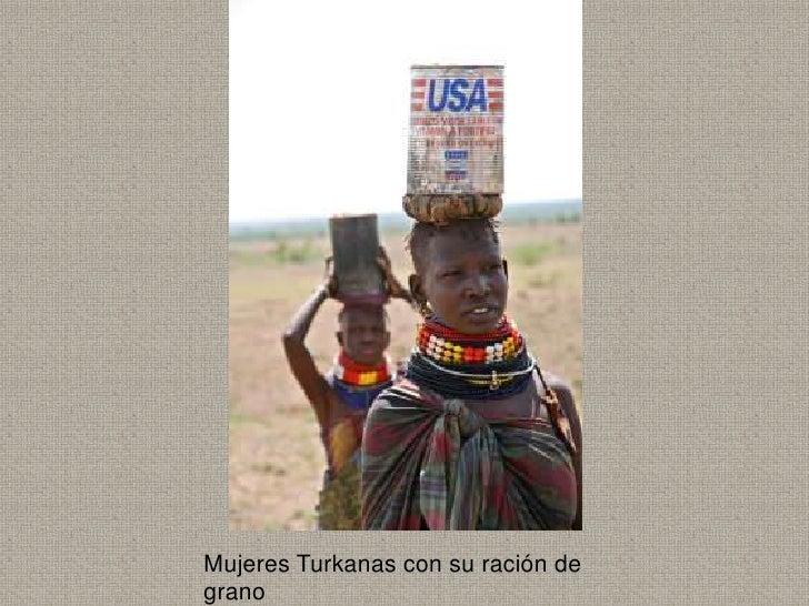 Mujeres Turkanas con su ración degrano