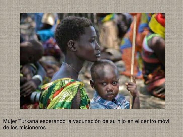 Mujer Turkana esperando la vacunación de su hijo en el centro móvilde los misioneros
