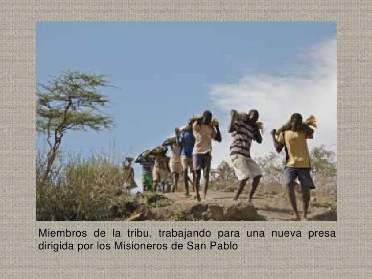 Miembros de la tribu, trabajando para una nueva presadirigida por los Misioneros de San Pablo