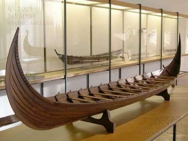 Een van de bekendste  Vikingkunstwerken staat in  het Deense Jelling   enkele zwerfkeien naast  een kerkje waarop een  ku...