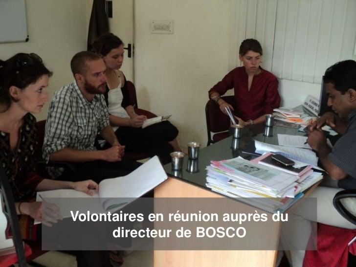 Volontaires en réunion auprès du      directeur de BOSCO