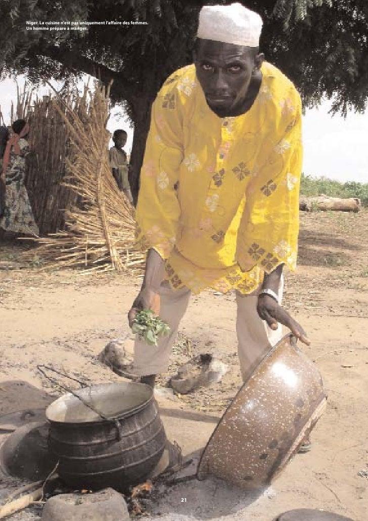 Niger. La cuisine n'est pas uniquement l'affaire des femmes. Un homme prépare à manger.                                   ...