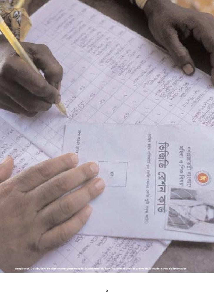 Bangladesh. Distributions de vivres et enregistrement des bénéficiaires du PAM: les femmes choisies comme titulaires des c...