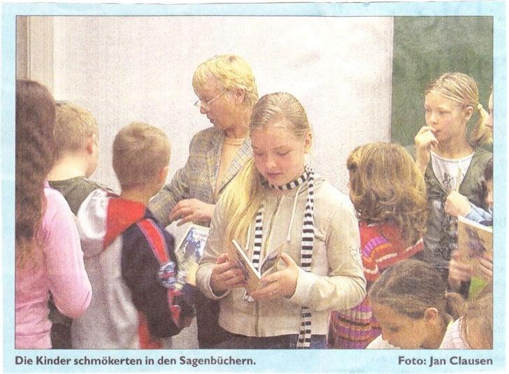i#q t*-jDie Kinder schmökerten in den Sagenbüchern.             Foto: Jan Clausen